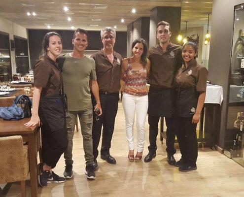 Joan González i Karla Habeermeyer, els components de LokaLinda, amb Carla Carreras , Pere Miquel Carreras i l'equip de Les Corones, dissabte passat a la nit.
