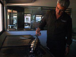 En Pere Miquel, propietari de Les Corones, coent un peix a la brasa, la nostra especialitat.