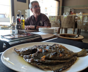 Els agradava a The Beatles el peix a la brasa? Turbot a la brasa del Restaurant Les Corones i el seu propietari, Pere Miquel Carreras.