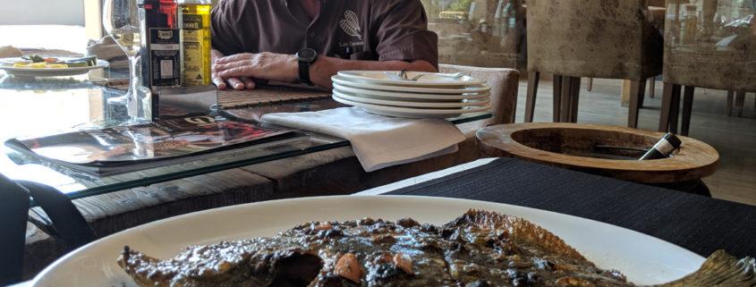 Turbot a la brasa del Restaurant Les Corones i el seu propietari, Pere Miquel Carreras.