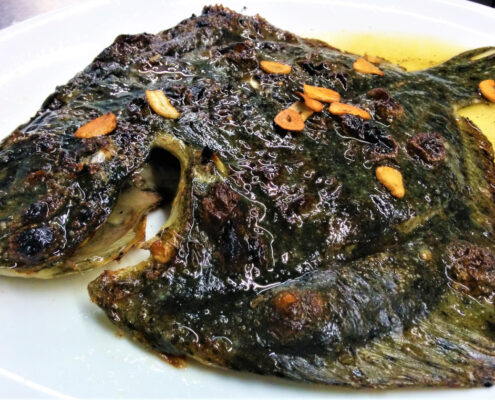 Trubot a la brasa fet al Restaurant Les Corones especialitat en peix a la brasa a l'Estartit, figura a la Guia Michelin